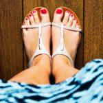 Как да съчетаем дамските кожени сандали?